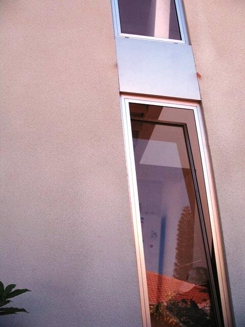 חלון מספריים פרופיל קליל 4500 בתוך חלל חדר מדרגות