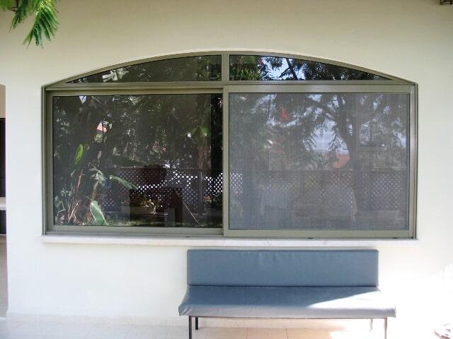 חלון כנף על כנף עם קשת עליונה ורשת קליל 7000