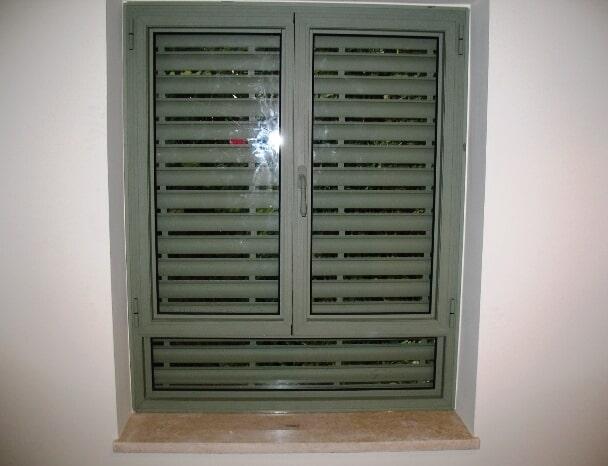 חלון פרופיל קליל 4300 עם שני כנפיים ותריסי אור חשמליים בגוון IRON