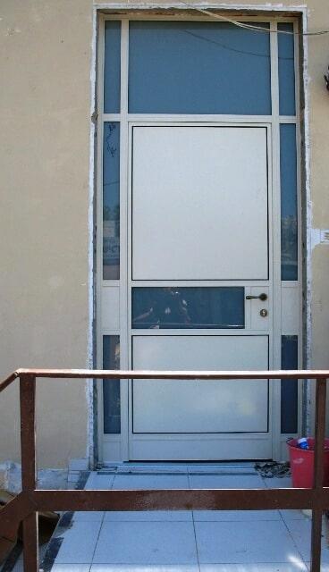 דלת בלגית משולב עם פח אלומיניום – יציאה לחצר