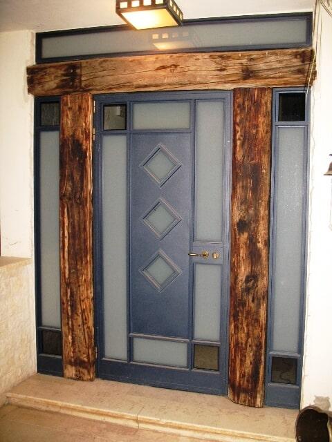 דלת כניסה ראשית משולב פח אלומיניום ועץ אדני רכבת