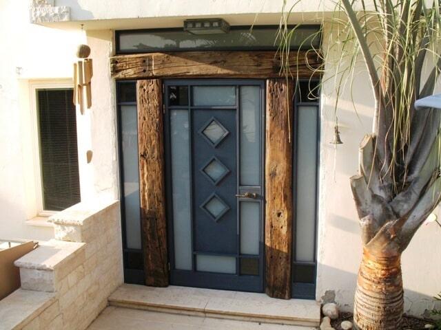 דלת כניסה לבית פרטי בפרופיל קליל 4300 בשילוב עץ