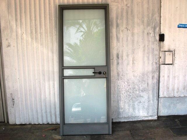 דלת בלגית קליל 4300 עם זכוכית חלבית טריפלקס