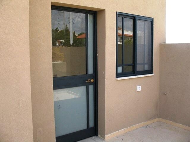 דלת עם חלון מפרופיל קליל 4300 - יציאה לגינה