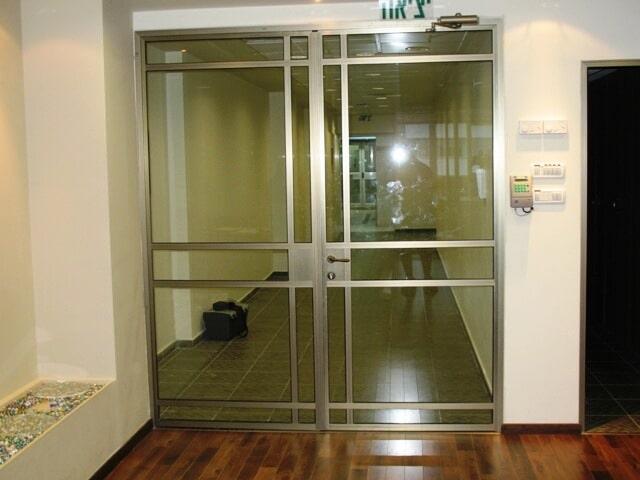דלת הפרדה במשרד פרופיל קליל 4300 צבע 101 משי