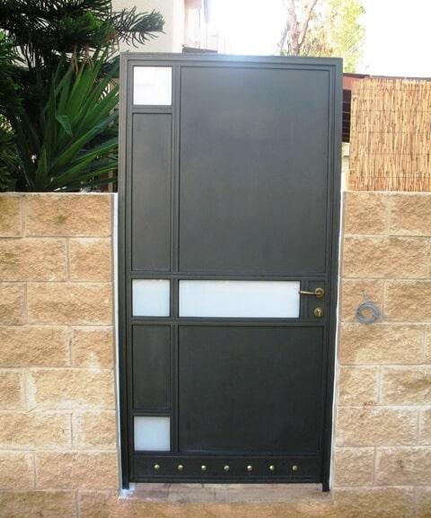דלת כניסה לבית פרטי משולב עם פח אלומיניום וזכוכיות פנימיות ופרופיל קליל 4300