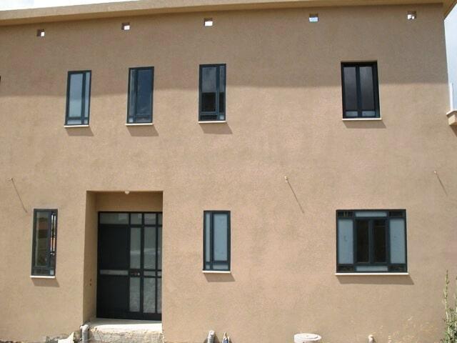 ביצוע עבודות אלומיניום בבניין מגורים