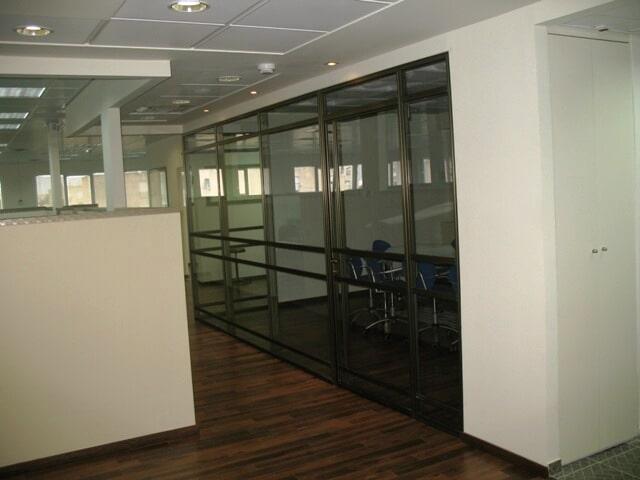 ביצוע עבודות בתוך משרדים לחלוקת חללים