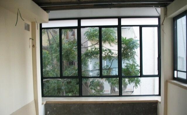 מבט מבפנים סגירת מרפסת בבניין מגורים