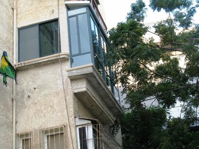 סגירת מרפסת בבניין מגורים – פרופיל בלגי כולל גג עילית אלומיניום
