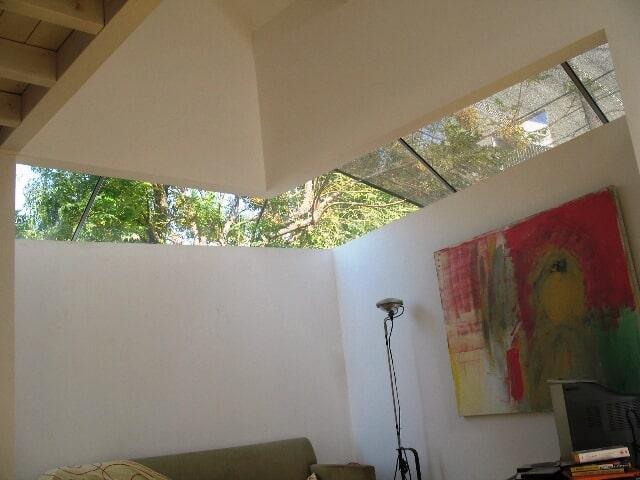 סגירת חלל בדירה פרטית עם גג שקוף משולב בגג אלומיניום