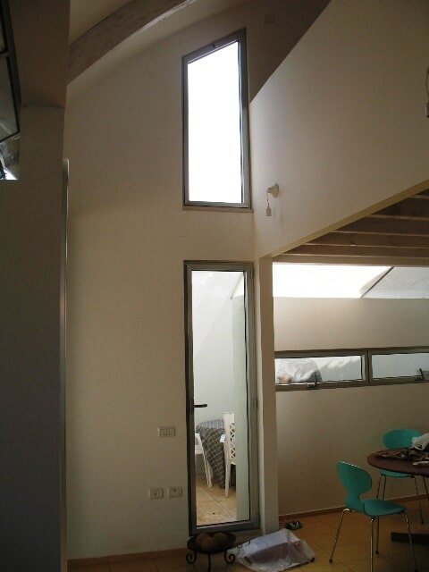 סגירת חלונות אלומיניום בחלל בעליית גג