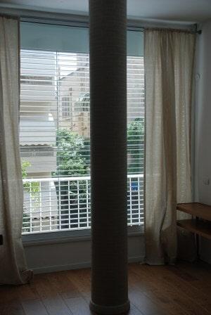 צלון ונציאני חשמלי חיצוני לחלון, מחובר בכבלי פלדה