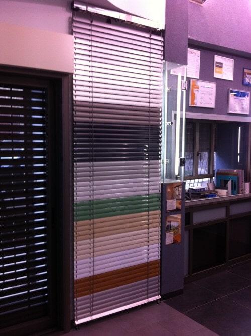 צלון ונציאני חשמלי באולם התצוגה שלנו - יכול להגיע במגוון צבעים