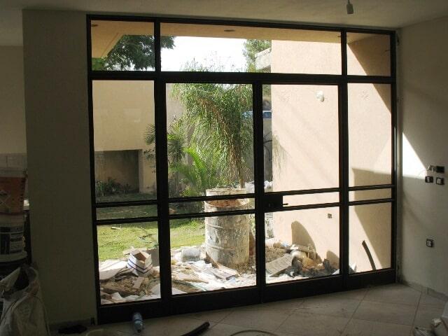 דלת בלגית חלקים קבועים עם שתי דלתות פתיחה פנימה. פרופיל קליל 4300
